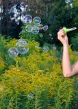 Одна рука девушки мылит beaty пузыри Стоковые Фото