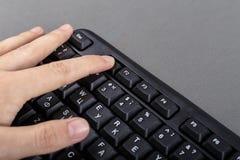 Одна рука на клавиатуре Стоковое фото RF