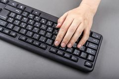 Одна рука на клавиатуре Стоковое Фото