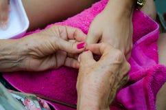 Одна рука полируя ноготь другого Стоковая Фотография