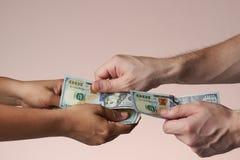 Одна рука положила 100 долларовых банкнот Стоковые Изображения RF