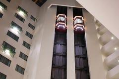 Одна сторона людей принимая лифт внутри торгового центра стоковая фотография