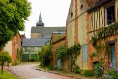 Одна улица gerberoy в Франции с красивыми цветками стоковые изображения rf