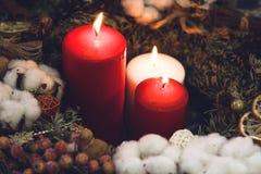 2 одних белизны свечи красных и в венке Стоковые Фото