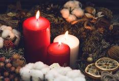 2 одних белизны свечи красных и с естественными украшениями Стоковые Фотографии RF