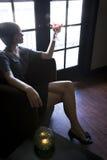 одни темные выпивая детеныши женщины комнаты сидя Стоковое Изображение