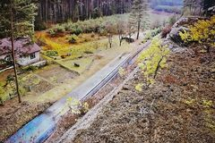 Одноколейный путь 080 с сосновым лесом поезда ведущим загадочным в зоне kraj Machuv в чехии Стоковое Изображение RF