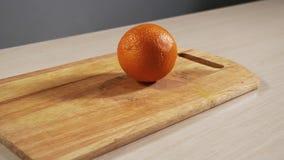 Одно оранжевое падение на кухонный стол в конце-вверх замедленного движения и прыжка видеоматериал