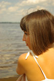 одно привлекательное усаживание девушки Стоковое Фото