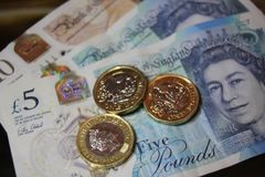 5 одно примечание монетки фунта Стоковое Изображение