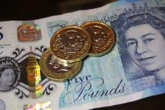 5 одно примечание монетки фунта Стоковое Фото