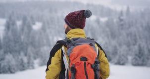Одно туристское перемещение в горе самостоятельно он исследуя место и ландшафт вокруг акции видеоматериалы