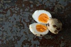 Одно яичко триперсток раскрывает одно неподвижное закрытое при выведенный космос экземпляра Стоковые Изображения