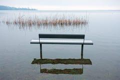 Одно benche в парке, озером, Стоковые Фотографии RF
