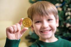 Одно Bitcoin в руке молодого мальчика Концепция Секретное цифровое золото Стоковые Фото