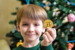 Одно Bitcoin в руке молодого мальчика Концепция Секретное цифровое золото Стоковые Изображения RF