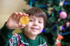 Одно Bitcoin в руке молодого мальчика Концепция Секретное цифровое золото Стоковые Изображения
