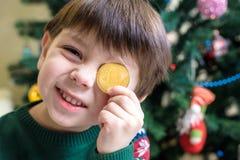 Одно Bitcoin в руке молодого мальчика Концепция Секретное цифровое золото Стоковое Фото