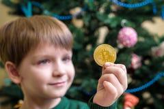 Одно Bitcoin в руке молодого мальчика Концепция Секретное цифровое золото Стоковое Изображение