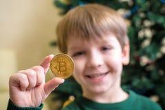 Одно Bitcoin в руке молодого мальчика Концепция Секретное цифровое золото Стоковая Фотография