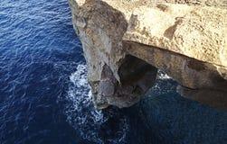Одн-шагающий утес на море стоковое изображение rf