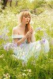 Одуванчики женщины дуя Стоковое Фото