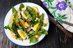 Одуванчик выходит салат еды на плиту стоковое изображение