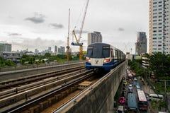 7-ое августа 2017 Бангкок, Таиланд: Поезд неба BTS приезжает станция Стоковая Фотография RF