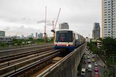 7-ое августа 2017 Бангкок, Таиланд: Поезд неба BTS приезжает станция Стоковые Изображения RF