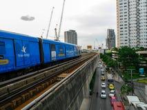 7-ое августа 2017 Бангкок, Таиланд: Поезд неба BTS приезжает станция Стоковая Фотография