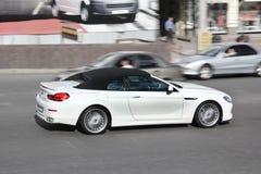 8-ое августа 2015; Киев, Украина, к центру города Cabriolet BMW Alpina B6 Белый автомобиль с откидным верхом стоковые фотографии rf