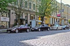 5-ое августа 2012, Киев, Maserati GranTurismo, Coupe Rolls Royce фантомный Drophead, Maybach 57 бело роскошь виллиса автомобиля с стоковые фотографии rf