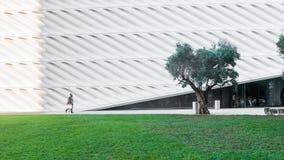 9-ое августа 2016 - Лос-Анджелес, США: Люди идут через зеленый парк рядом с обширного, новое современное искусство в городском ЛА Стоковая Фотография