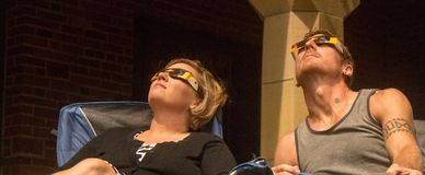 21-ое августа 2017 Пара наблюдая полное солнечное затмение в Линкольне, Небраске 21-ого августа 2017 Стоковые Фотографии RF