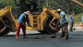 19-ое августа 2018 Сучжоу, Китай Работники делая асфальт с лопаткоулавливателями на строительстве дорог акции видеоматериалы