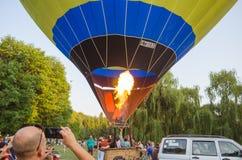26-ое августа 2017 Украина, белая церковь Варенье воздушного шара Подготовка для старта горячего воздушного шара Стоковая Фотография