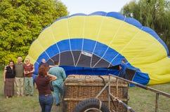 26-ое августа 2017 Украина, белая церковь Варенье воздушного шара Подготовка для старта горячего воздушного шара Стоковые Фотографии RF