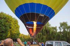 26-ое августа 2017 Украина, белая церковь Варенье воздушного шара Подготовка для старта горячего воздушного шара Стоковые Фото