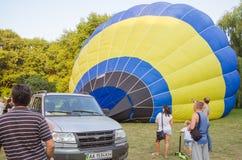 26-ое августа 2017 Украина, белая церковь Варенье воздушного шара Подготовка для старта горячего воздушного шара Стоковые Изображения