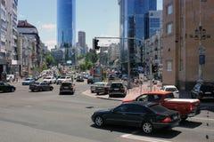 25-ое августа 2010 Украина - Киев Улицы Киева Автомобили стоят на светофорах стоковое изображение rf