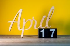 17-ое апреля День 17 месяца, календарь на деревянном столе и предпосылка зеленого цвета Время весны, пустой космос для текста Стоковое Изображение