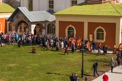 29-ое апреля 2018, Россия, Tikhvin, монастырь предположения Tikhvin Bogorodichny, входя в собор предположения позже Стоковые Фото