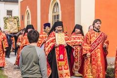 29-ое апреля 2018, Россия, Tikhvin, монастырь предположения Tikhvin Bogorodichny, входя в собор предположения позже Стоковая Фотография