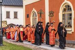 29-ое апреля 2018, Россия, Tikhvin, монастырь предположения Tikhvin Bogorodichny, входя в собор предположения позже Стоковые Изображения