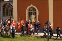 29-ое апреля 2018, Россия, Tikhvin, монастырь предположения Tikhvin Bogorodichny, входя в собор предположения позже Стоковая Фотография RF