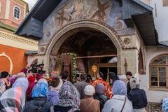 29-ое апреля 2018, Россия, Tikhvin, монастырь предположения Tikhvin Bogorodichny, входя в собор предположения позже Стоковое Изображение