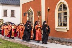 29-ое апреля 2018, Россия, Tikhvin, монастырь предположения Tikhvin Bogorodichny, входя в собор предположения позже Стоковые Фотографии RF