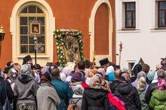 29-ое апреля 2018, Россия, Tikhvin, монастырь предположения Tikhvin Bogorodichny, входя в собор предположения позже Стоковое Фото