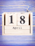 18-ое апреля Дата 18-ое апреля на деревянном календаре куба Стоковые Изображения