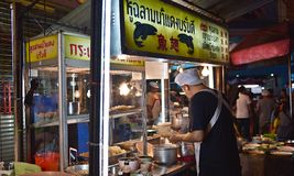 15-ое апреля 2017: Рынок для vender на дороге Чайна-тауна, главная улица ночи Yaowarat в Чайна-тауне, раз ориентир ориентира Банг Стоковое Изображение RF